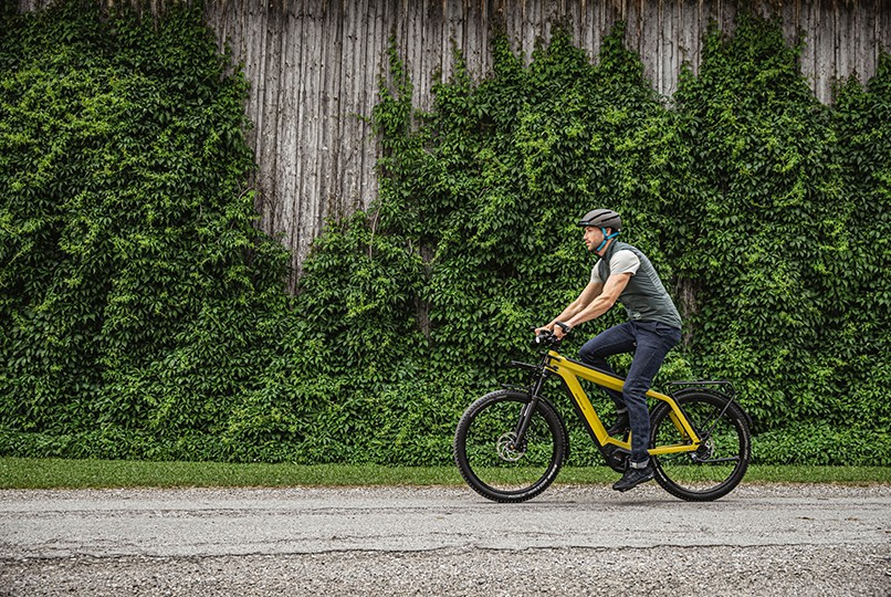 man-riding-on-riese-and-muller-supercharger2