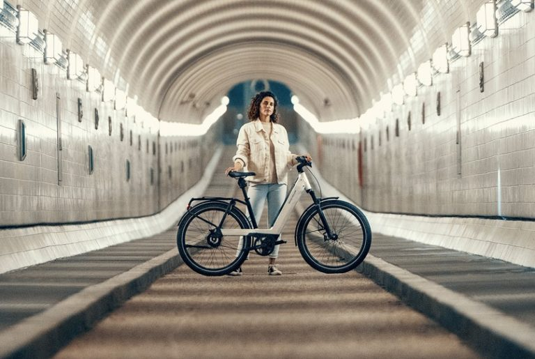 riese-and-muller-nevo3-woman-tunnel